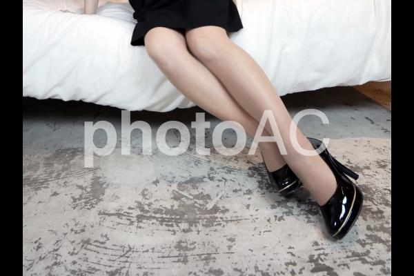 ハイヒールを履いて腰かける女性3の写真