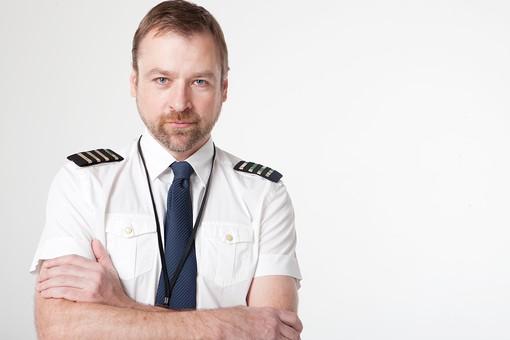 パイロット 操縦士 機長 飛行士 男性 おとこ 男 外国人 中年 制服 肩章 シャツ 半袖 ネクタイ ストラップ 上半身 正面 すまし顔 髭 口ひげ あごひげ 見つめる 腕組み まなざし 視線 フライト 空港 エアポート 白 紺 室内 屋内 白背景 白バック mdfm081