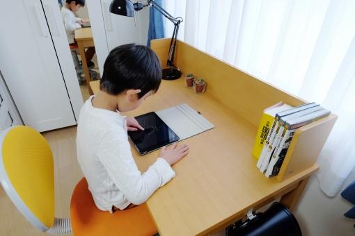 タブレット 勉強 教育 机 子供部屋 部屋 子供 小学生 インターネット コンピューター 学習 学習机 パソコン 宿題 自習 自主学習 デスク 学習デスク 復習 予習 学校 スタンドライト ライト 人 男 男の子 日本人