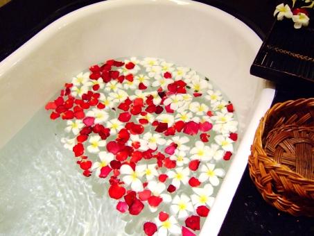 入浴 お風呂 バスタイム 南国 リゾート 花 シャワー リラックス アロマ 花びら 気持ちいい イメージ のんびり 赤い花 白い花 水 水面 お湯 バスタブ くつろぐ スパ スパリゾート エステ 旅行 女性 インテリア 浴槽