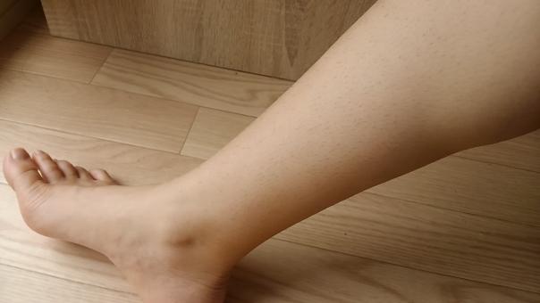 ムダ毛 無駄毛 むだ毛 処理 処理していない ふくらはぎ 脹脛 太い 足 足首 毛 剛毛 男らしい 女性 気持ち悪い チクチク 痛い 刺さる ささる ストッキング 指 夏 女 中年