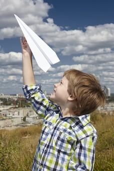 自然 青空 空 雲 青 グラデーション 晴天 天気 晴れ 紙 紙飛行機 飛行機 工作 作る 折る 作品 飛ぶ 飛ばす 投げる 白 人物 外国人 子供 小人 手 つまむ 植物 緑 草 野草 雑草 背景 室外 屋外 町並み mdmk014