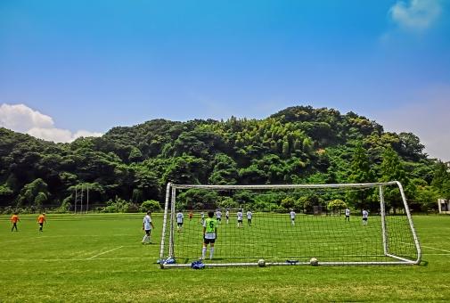 横浜市 金沢区 富岡グランド サッカー場 空 芝生 風景 サッカーする人
