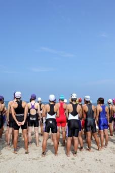 トライアスロン スポーツ スタート スタート前 競技 レース ウォータースポーツ 選手 アスリート 試合 イベント 大会 水泳 競泳 スイム 水着 スイマー 競争 並ぶ 趣味 健康 海 浜辺 海岸 ビーチ 砂浜 空 青空 女性 人 人物 集団 夏 屋外 自然 スイムキャプ 青 青色 日本 沢山 たくさん