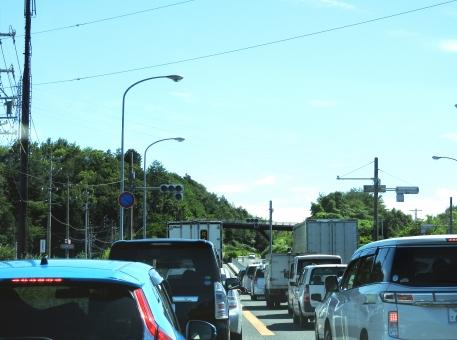 渋滞 渋滞中 止まる ストップ 車 車がたくさん 進まない イライラ いらいら 苛立ち 道路 道 路 風景 青空 青い空 空 晴天 晴れ 季節 7月 雲 くも クモ クラウド 田舎 地方 8月 夏 夏休み 背景 山 素材 材料 交通 ドライブ ドライブ中 お出かけ お出掛け 木 自然 ブルースカイ 横