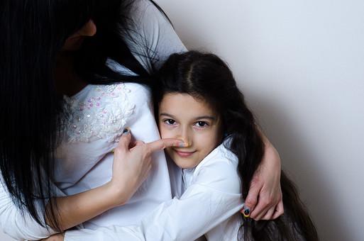 人物 2人 女の子 少女 女性 外国人 セルビア人 親子 母 娘 子供 ハグ 抱きつく 抱きしめる スキンシップ ふれあい ぬくもり 鼻 安心 笑顔 微笑み 愛情 母性 甘える 幸せ 白い服 黒髪 ロングヘア 縮れ毛 白バック 白背景 mdfk022 mdff122