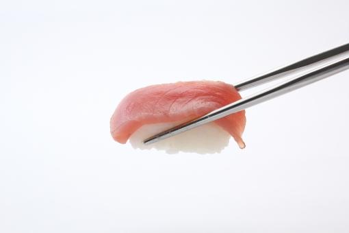 まぐろ マグロ 赤身 握り スシ 寿し 鮨 寿し 寿司 はし 鮪 握りずし にぎりずし 箸 つまむ アップ 屋内 室内 スタジオ撮影 白バック 白背景 飲食 食べ物 和食 海鮮 魚 余白 コピースペース