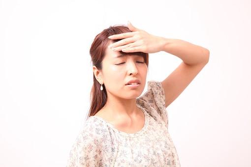 人 人間 人物 人物写真 ポートレート ポートレイト 女性 女 女の人 若い女性 女子 レディー 日本人 茶髪 ブラウンヘア セミロングヘア  白色 白背景 白バック ホワイトバック  手 指 ポーズ ショック 肘を曲げる 額に手 頭痛 頭が痛い 目をつぶる 目をつむる リラックス ふらつく めまい 腕を上げる 目を閉じる 閉じる mdfj012