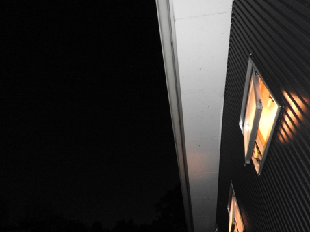 夜景 ライトアップ 夜 暗い 暗闇 ライト アップ 素材 材料 照らす てらす 灯 明り 背景 風景 季節 7月 8月 夏 余白 横 キレイ 綺麗 きれい 幻想的 家 住宅 窓 夜の家 建築 建設 和モダンな家 和モダン 四角い窓 建物 フラッシュ 斜め