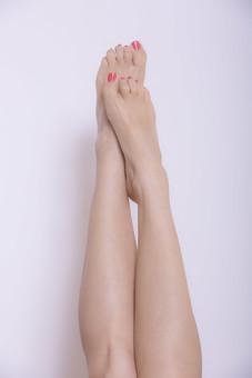 体 人体 生き物 生物 人間 モデル 女性 外国人 異国 整った 若い アップ パーツ 部分 ヌード 裸 脚 足 歩く 太もも もも ひざ ふくらはぎ 曲げる 動く マニキュア ペディキュア