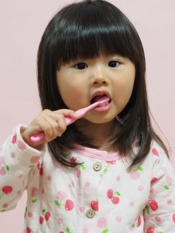 女児 子供 歯ブラシ 歯みがき パジャマ 日本人 japanese brushing toothbrush girl child 背景なし 寝具 pajamas 虫歯 園児