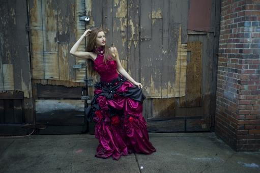 人間 人物 ポートレート ポートレイト 女性 ロングヘア 外国人 外国の女性 外国人女性 ブロンド 金髪  赤いドレス 赤ドレス バラドレス 貴婦人 ゴシック アメリカンスリーブ 肩出し 肘を曲げる 木材 ドア 髪をさわる 頭に手 レンガ ブロック 髪を触る ネックレス アクセサリー 首飾り 裾をつまむ セクシー 色気 mdff098