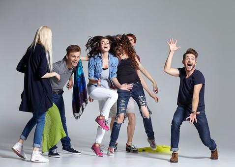 人物 外国人 モデル 男性 女性  男女 複数 グループ 仲間 友達  20代 若者たち 大学生 スタジオ撮影 白バック  白背景 ファッション カジュアル 6人 ジャンプ アクティブ マフラー スカーフ 布 元気 楽しい 明るい 笑顔 はしゃぐ 全身  mdff025 mdff026 mdff027 mdfm007 mdfm008 mdfm009