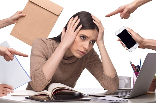 ビジネス 20代 仕事 白バック 白背景 女 女性 頭を抱える 健康 PC パソコン 病気 30代 キーボード マウス デスク たくさん ホワイトバック 忙しい 外国人 白人 CG ストレス 欧米人 ヘルスケア 合成 多忙 過労 追われる 追い詰められる mdff127 責められる ストレスフル CG01
