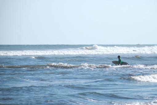 海 サーフィン サーフボード パドリング スポーツ 人 男性 秋 空 日本 japan sea