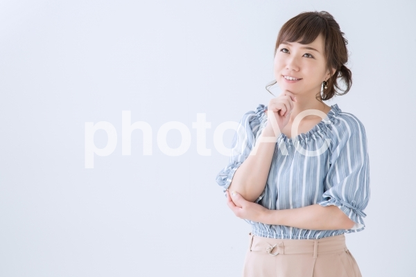 考える女性(笑顔)の写真