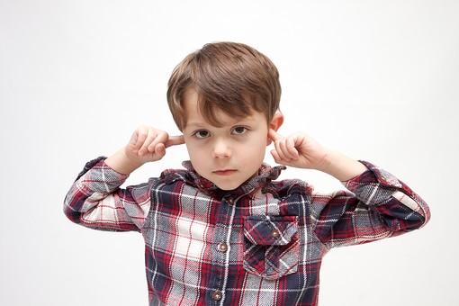 人物 こども 子ども 子供 男の子   少年 幼児 外国人 外人 かわいい   無邪気 あどけない 屋内 スタジオ撮影 白バック   白背景 ポートレート ポーズ キッズモデル 表情  シャツ  カジュアル 上半身 耳 塞ぐ ふさぐ うるさい 雑音 騒音 聞かない 聞きたくない 拒否 拒絶 mdmk010