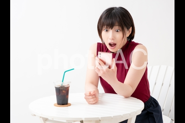 アイスコーヒーを持つ女性のイメージの写真