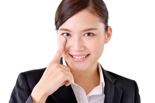 人物 日本人 女性 若い 若者  20代 スーツ 就職活動 就活 就活生  社会人 OL ビジネス 新社会人 新入社員  フレッシュマン 面接 真面目 清楚 屋内  白バック 白背景 顔 指 目 あかんべえ あっかんべー 笑顔 ユーモラス ビジネスマン mdjf007