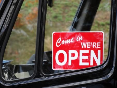 オープン open 店 店舗 看板 案内 アルファベット 文字 英語 外国語 ボード 板 表示 開店 開ける 始める 入り口 店先 金属   移動販売車 車 窓 車窓 赤い 目立つ いらっしゃいませ 開店