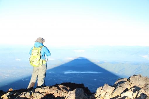 影 富士 山 富士山 登山 太陽 日陰 女性 空 青 雲 男性 がけ 岩 水色 湖 山ガール 日本 アジア 世界遺産 観光地 観光