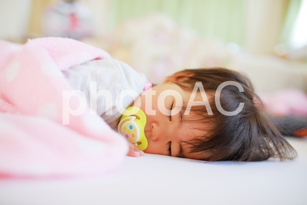 眠る赤ちゃん 女の子の写真