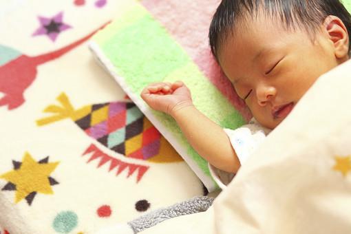 人物 日本人 赤ちゃん 赤ん坊 乳児 新生児 乳幼児 ベビー ベイビー 子供 子ども 小さい 出産 誕生 命 生命 愛情 可愛い 愛らしい 愛しい 癒し 幸せ 幸福 成長 発育 発達 子育て 育児 寝顔 眠り 昼寝 熟睡 睡眠 仰向け