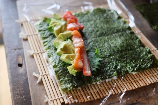 巻き寿司作り 巻き寿司 まきずし 巻きずし 寿司 酢飯 すし スシ 巻き簀 まきす アボカド カニカマ サーモン マキス 巻きす sushi sushiroll 海苔 ノリ