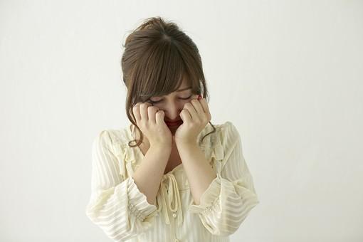 人物 日本人 女性 女の子 ポーズ  おすすめ 表情 若者 若い 20代  モデル かわいい チャーミング 美人 茶髪  白バック 白背景 屋内 スタジオ 上半身 正面 泣く 悲しい 辛い 泣き顔 mdjf006