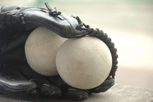 ソフトボール ボール グローブ グラブ スポーツ レジャー キャッチ 野球 ベースボール ピッチング ホームラン 守備 オリンピック 競技 グラウンド 趣味 チーム チームワーク 球