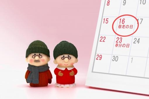 カレンダーとシニア夫婦の写真