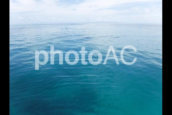 エメラルドグリーンの海と空 2の写真
