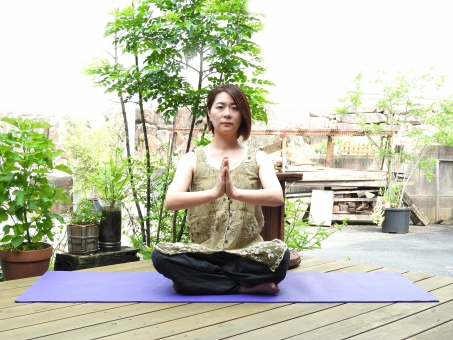 ヨガ ヨガポーズ よが yoga あぐら 女性 大人 屋外 日本人 ヨガマット グリーン 外 晴れ 天気 晴天 余白 スペース 人物 人間 女 人 1人 素材 材料 7月 8月 夏 昼間 昼 美容 健康 背景 センター 横 ポーズ ポージング 自然 緑の中 ウッドデッキ