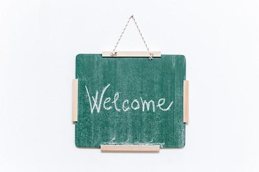黒板 緑 教育 学校 スクール 学習 学び舎 ボード 板 教室 盤 背景 バックグラウンド バックグランド 手書き 文字 図 図形 絵 言葉 説明 屋内 磁石 壁掛け 紐 ひも Welcome ようこそ