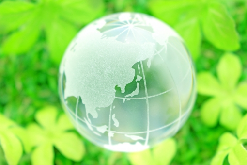 グリーン 太陽 グラデーション エネルギー 省エネ アース クリーン 清潔 晴れ 晴天 生命 日差し 光 芝生 春 夏 新緑 スタート 新生活 地球 地球儀 エコ エコロジー 環境 自然 環境問題 世界 グローバル ワールド world 社会 社会問題 国際 国際社会 日本 ガラス 球 球体 透明感 透明 緑色 草 植物 自然保護 森林破壊