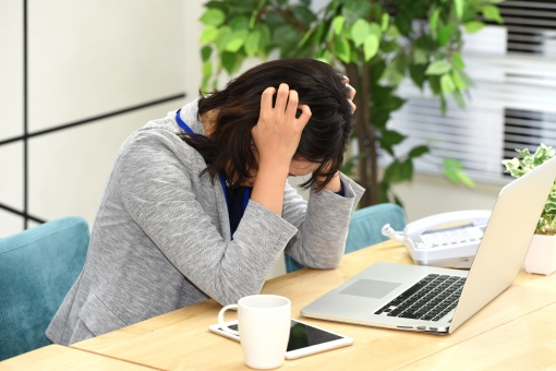 サラリーマン 会社員 社会人 ビジネスマン ビジネス 日本人 悩む 女 女性 頭を抱える PC パソコン 抱える 頭痛 頭 困った 悩み 働く キャリアウーマン オフィス コピースペース キーボード 人 落ち込む 辛い トラブル ビジネスシーン テキストスペース 文字スペース ストレス 残業 時間外 不自由 オフィスカジュアル ネガティブ エンジニア 徹夜 過労 セクハラ 残業代 過労死 社畜 時間外労働 パワハラ 長時間労働 モラハラ 理不尽 拘束時間 労働組合 頭を抑える
