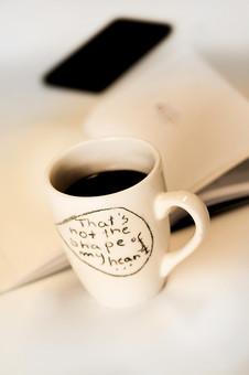 本 ブック 書物 書籍 図書 読書 読む 趣味 勉強 ページ 捲る めくる 開く リラックス 寛ぐ くつろぐ コーヒー マグカップ カップ コップ 飲み物 ドリンク 接写 クローズアップ テーブル 机 メッセージ