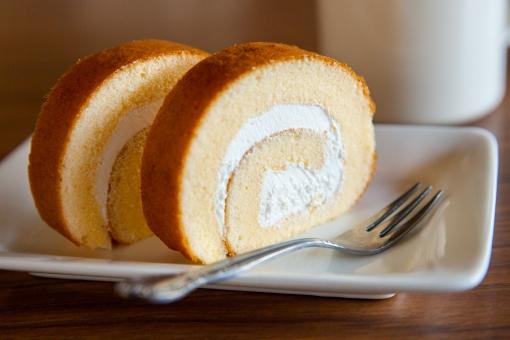 ロールケーキ ケーキ ロール スポンジ クリーム シンプル 素朴 白いお皿 フォーク 白い皿 スイーツ 食べ物 お菓子 おやつ 甘い 生クリーム 洋菓子