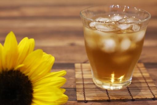 夏のイメージ 夏 真夏 麦茶 向日葵 花 植物 お茶 黄色 ひまわり ヒマワリ 飲物 コピースペース 冷たい 夏イメージ グラス 冷茶 和 氷 飲み物