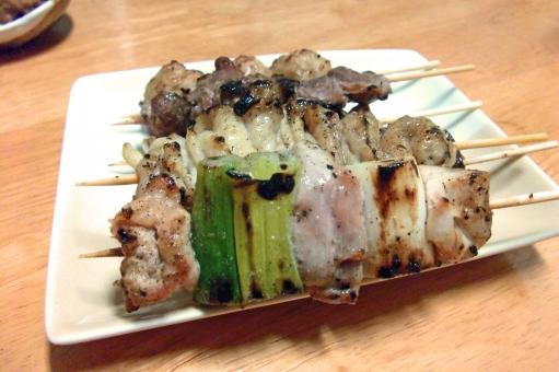 やきとり ヤキトリ 焼鳥 焼き鳥 鶏 鶏肉 肉 肉類 肉料理 串焼き 焼き物 日本食 和食 食べ物 食品 料理 調理 グルメ 食 食事 食卓 食料品 食糧 食料 食事の風景 食卓の風景 皿 食器 ねぎま とりかわ