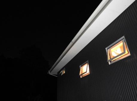 夜景 ライトアップ 夜 暗い 暗闇 ライト アップ 素材 材料 照らす てらす 灯 明り 背景 風景 季節 7月 8月 夏 余白 横 キレイ 綺麗 きれい 幻想的 家 住宅 窓 夜の家 建築 建設 和モダンな家 和モダン 四角い窓 建物 フラッシュ