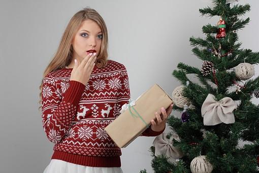 白バック 白背景 グレーバック 外国人 白人 金髪 ブロンド 20代 30代 女性 セーター ニット ノルディック柄 スカート クリスマス Christmas X'mas クリスマスツリー ツリー モミ もみの木 樅の木 モミの木 飾り オーナメント ボール リボン ブーツ 松ぼっくり 立つ プレゼント 箱 ボックス 贈り物 BOX 持つ カメラ目線 驚く 口に手をやる mdff129
