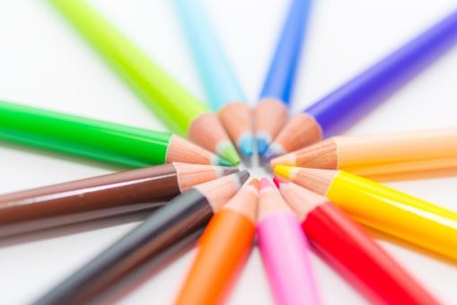 色えんぴつ カラフル レインボー カラー きれい 美術 絵 筆記用具 文房具 イラスト 小学校 生徒 先生 アート 虹 サークル ペイント ペンシル ピクチャー 鮮やか さわやか 色鉛筆 芯 ツール