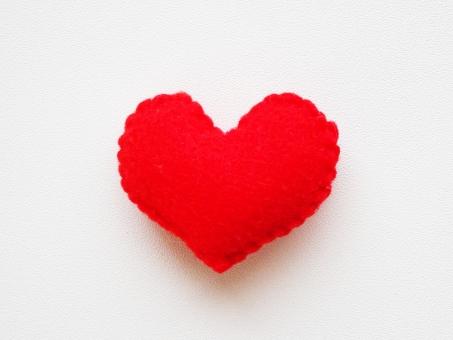 ラブ Love ハート heart 愛 愛情 恋 恋愛 告白 カップル バレンタイン プレゼント 1個 ひとつ 可愛い 赤 斜め 小物 雑貨 インテリア ハンドメイド 好き 大好き 心 フエルト フェルト エネルギー ありがとう ときめき 手作り