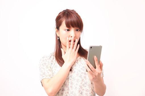 人 人間 人物 人物写真 ポートレート ポートレイト 女性 女 女の人 若い女性 女子 レディー 日本人 茶髪 ブラウンヘア セミロングヘア  白色 白背景 白バック ホワイトバック  手 指 ポーズ  手のポーズ 疑問 スマホ スマートフォン 驚く びっくり 装身具 アクセサリー ピアス 口に手 mdfj012