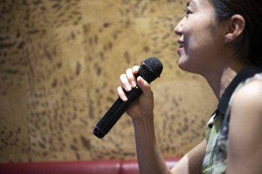人物 日本人 笑顔 スマイル 女性 ライフスタイル 趣味 健康 カジュアル 音楽 アップ 余暇 上半身 楽しい 嬉しい 大人 表情 元気 レジャー 風景 笑う 背景 娯楽 一人 イメージ 幸せ アジア人 モデル ストレス解消 歌う 歌 マイク 声 ライブ ハッピー 動作 レコーディング マイクロホン カラオケ 感情 気分 解消 発散 カラオケボックス 歌声 歌うこと
