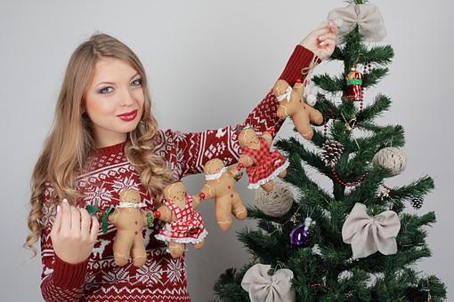 白バック 白背景 グレーバック 外国人 白人 金髪 ブロンド 20代 30代 女性 セーター ニット ノルディック柄 スカート クリスマス Christmas X'mas クリスマスツリー ツリー モミ もみの木 樅の木 モミの木 飾り オーナメント ボール リボン ブーツ 松ぼっくり 立つ 持つ カメラ目線 笑顔 スマイル 笑う 微笑む ガーランド ジンジャーブレッドマン ジンジャークッキー 柊 ヒイラギ ひいらぎ 上半身 mdff129