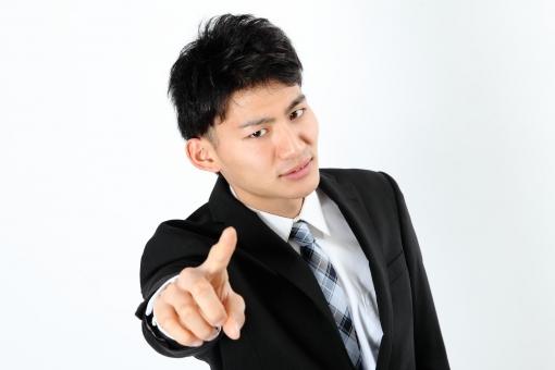 人物 生物 人間 男性 若い 青年 アジア アジア人 日本 日本人 ポーズ モデル スーツ ジャケット ビジネス 就活 フォーマル バストアップ 上半身 ボディランゲージ 示す 伝える 意志 コミュニケーション 手 ハンドサイン 指 指差す ポイント 指す mdjm002