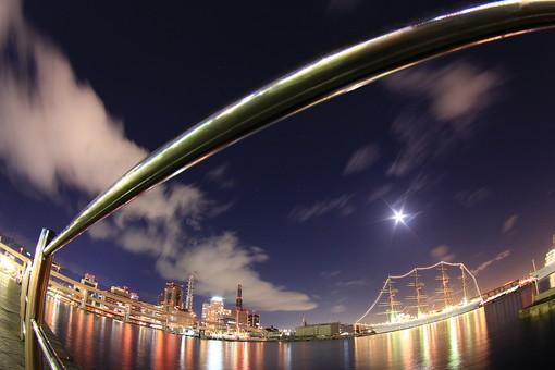 輝く星と町の夜景の写真
