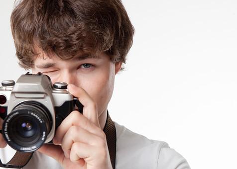 カメラマン 写真家 記者 カメラ 写真機 男性 おとこ 男 外国人 碧眼 青眼 青年 一眼レフ レンズ シャッター ストラップ 顔面 片目 持つ 握る 構える 撮る 持ち上げる 見つめる ウインク 写真 撮影 取材 報道 スクープ パパラッチ スタンバイ 旅行 室内 屋内 白背景 白バック mdfm082
